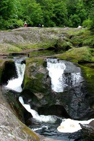小又峡の奇岩の一つ穴滝