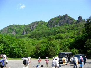 後方が目指す修行の山、霊山